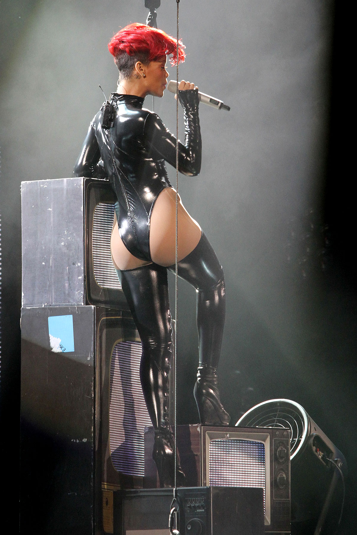 Rihanna Gets Cheeky for Tour Kickoff Date (PHOTOS)
