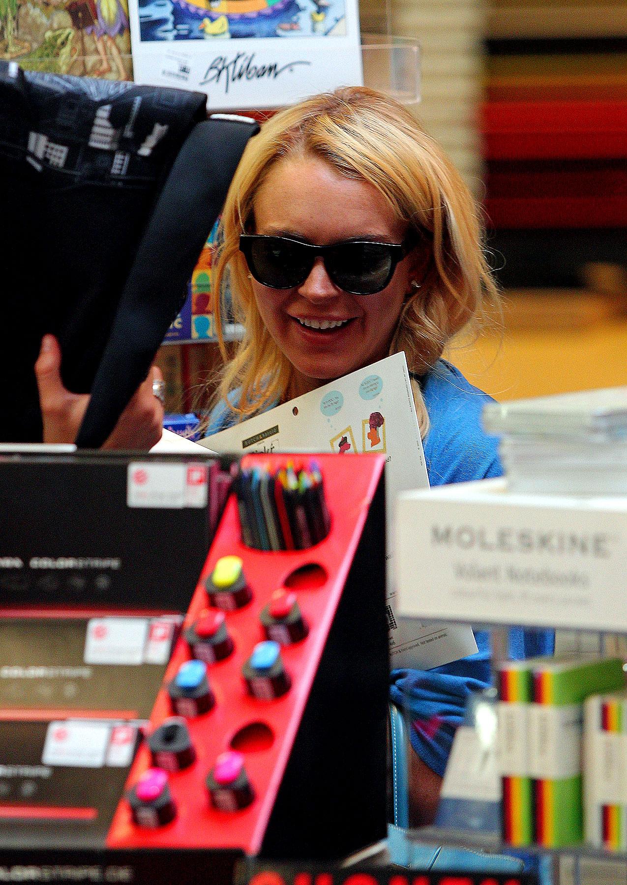 Lindsay Lohan Feels Arty (PHOTOS)