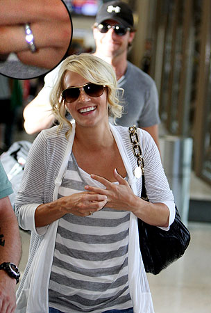 Newlywed Carrie Underwood Flashes Her Wedding Ring (PHOTOS)