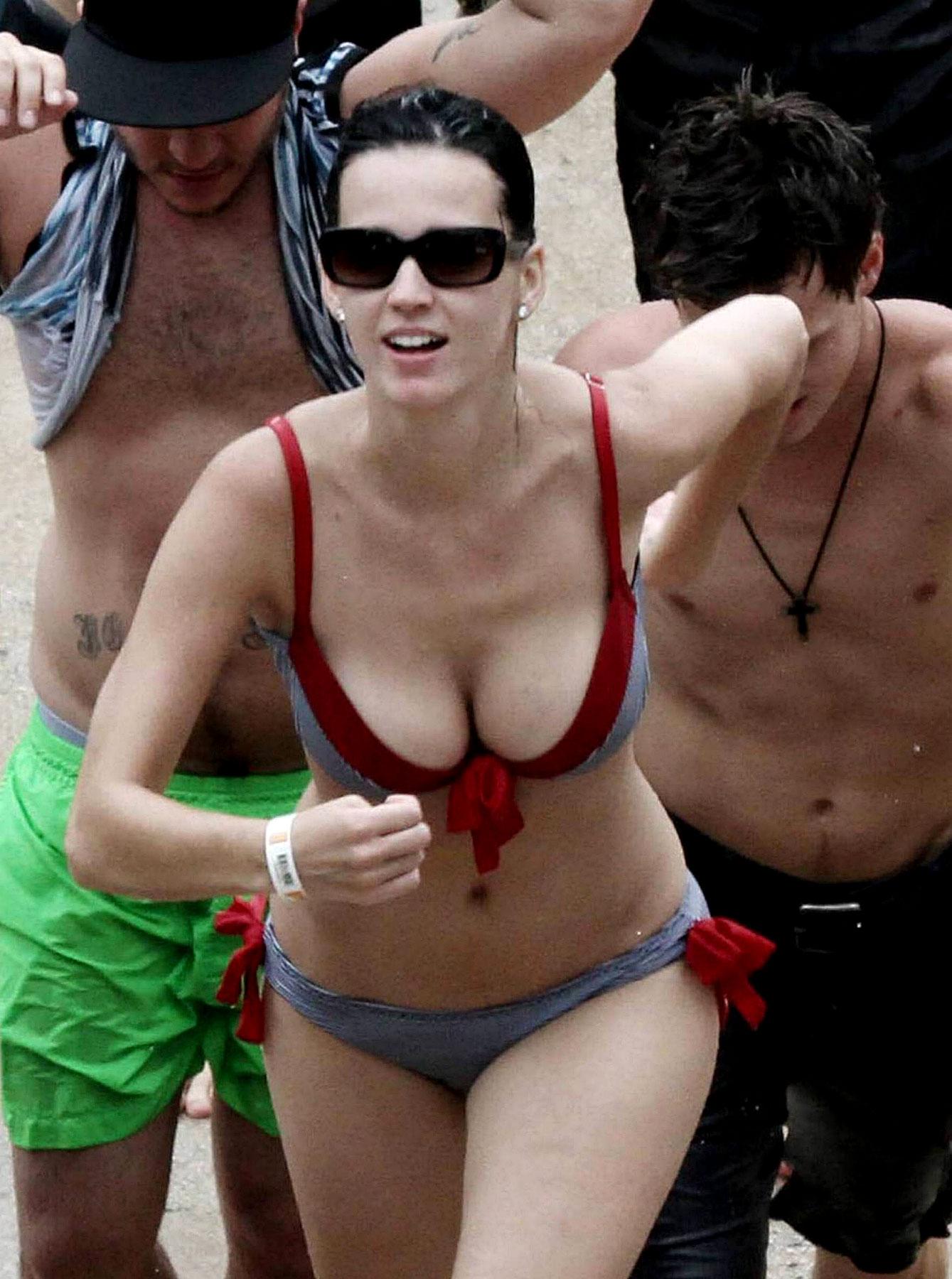 Katy Perry's Sexy Bikini Makes A Splash (PHOTOS)