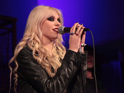Is Taylor Momsen Hooked on a Buzz?-photo