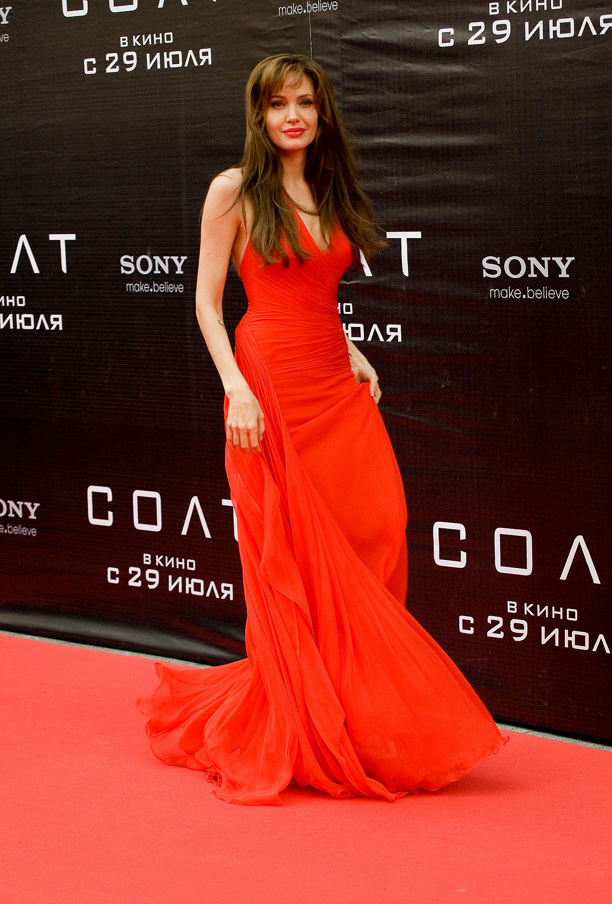 Angelina Jolie Stuns in Red at Russian 'Salt' Premiere (PHOTOS)