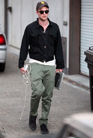Robert Pattinson Has an Off Day in Malibu (PHOTOS)