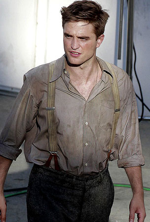 Robert Pattinson Works Up a Sweat on Set (PHOTOS)