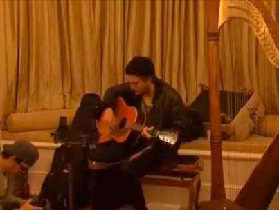 Robert Pattinson Sings! (VIDEO)