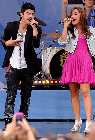 Demi Lovato & the Jonas Brothers Perform on 'GMA' (PHOTOS)