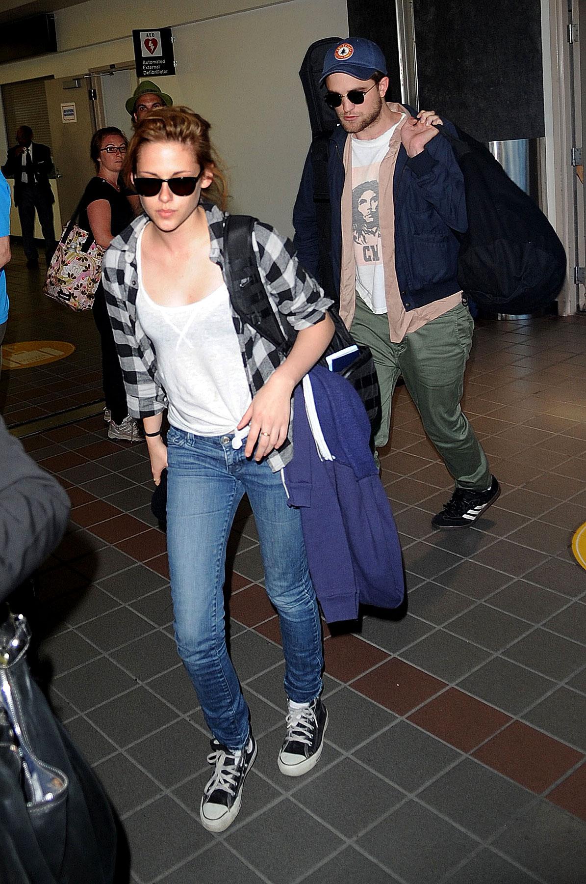 Robert Pattinson & Kristen Stewart Land in LA (PHOTOS)