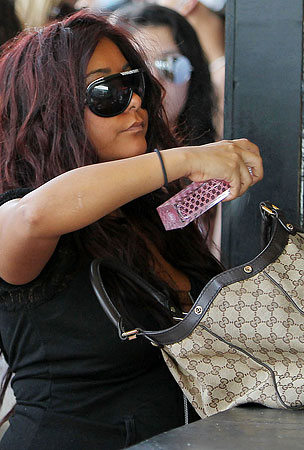 Snooki Perfumes Herself With Gucci (PHOTOS)