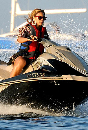 Beyonce Jet Skis in Saint Tropez (PHOTOS)