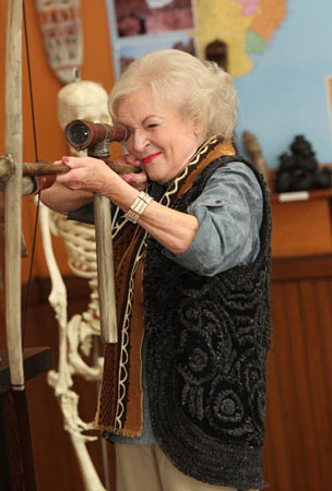 Betty White Schools 'Community' Cast (PHOTOS)