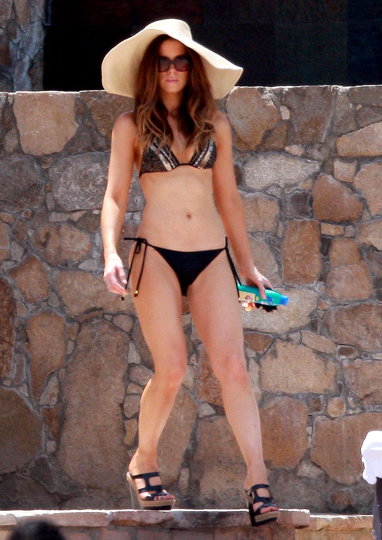 Kate Beckinsale Bikinis in Mexico (PHOTOS)