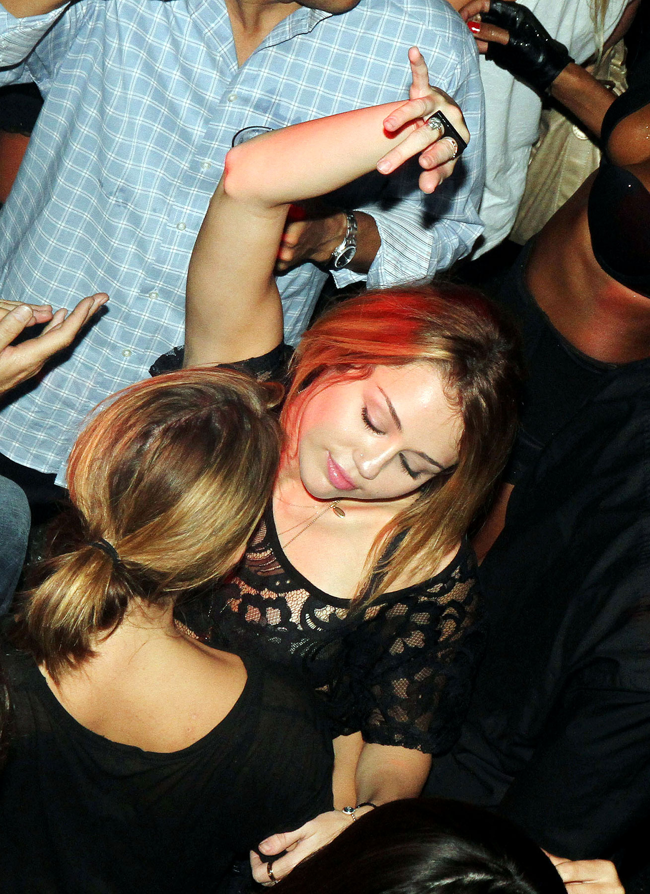Miley Cyrus Busts a Move in Paris Nightclub (PHOTOS)