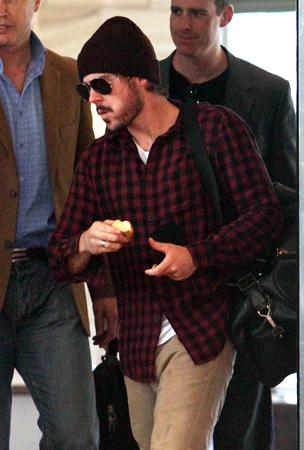 Zac Efron Keeps the Doctor Away (PHOTOS)