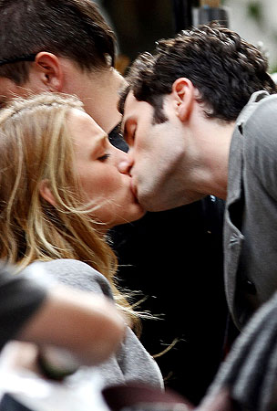 Penn Badgley & Blake Lively's 'Gossip Girl' PDA (PHOTOS)