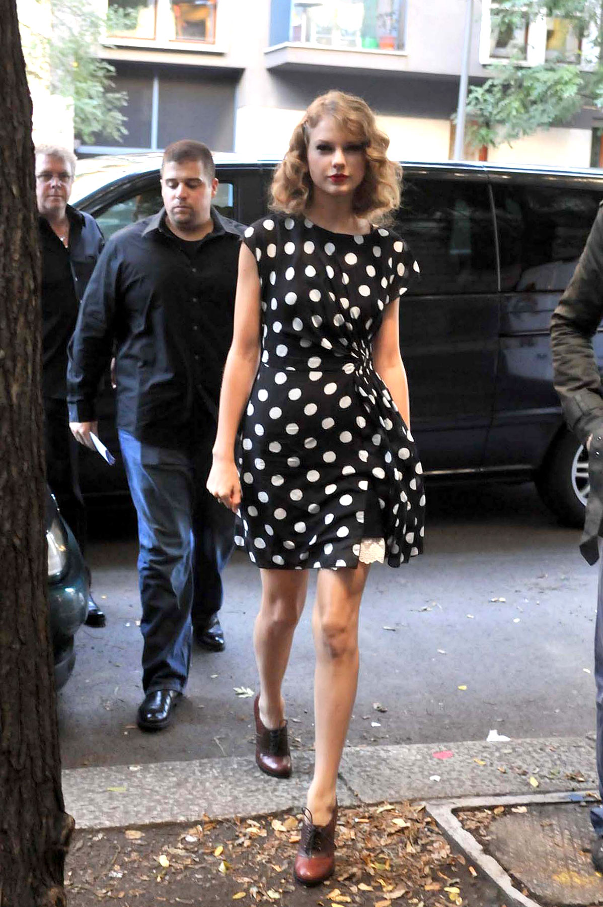 Taylor Swift Is Acting a Little Dotty (PHOTOS)