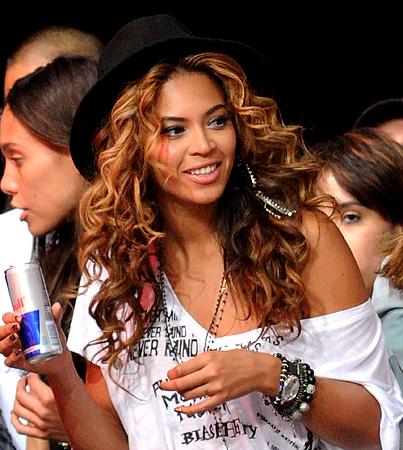 Beyoncé Crashes Block Party