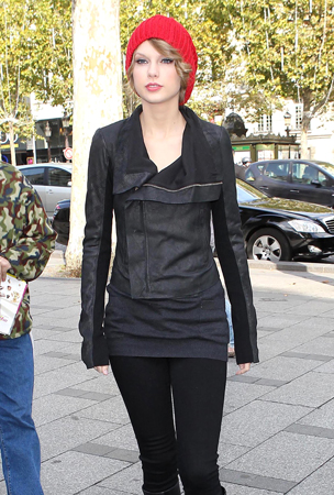 Taylor Swift Wears All Black in Paris (PHOTOS)