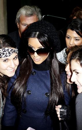 Kim & Kourtney Kardashian Love Their Fans (PHOTOS)