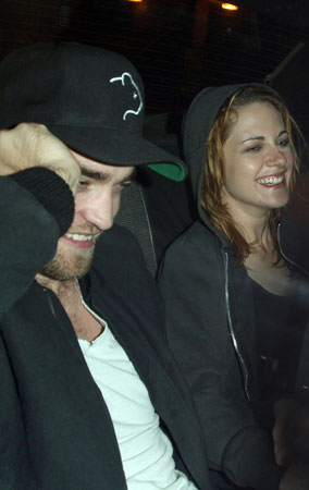 Robert Pattinson & Kristen Stewart's Taxi Giggle (PHOTOS)