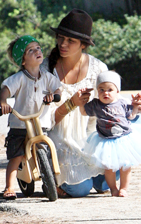 Camila Alves, McConaughey Babies' Playtime (PHOTO)