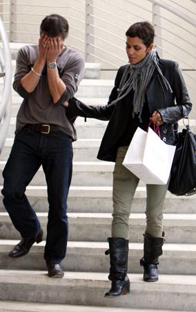 Halle Berry's Boyfriend Plays Peek-a-Boo (PHOTOS)