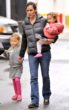 Jennifer Garner and Kids Display Their Animal Attraction (PHOTOS)