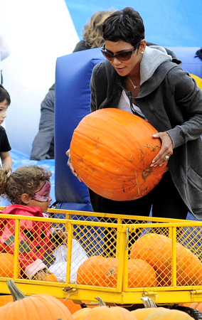 Halle Berry Takes Nahla to the Pumpkin Patch (PHOTOS)