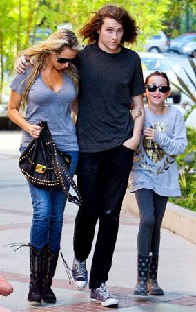 Tish Cyrus Leans On Her Kids (PHOTOS)