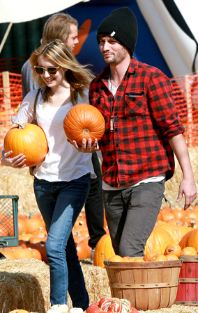 Emma Roberts' Pumpkin Patch Date (PHOTOS)