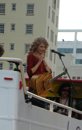 Taylor Swift's Surprise Performance In Hollywood (PHOTOS)