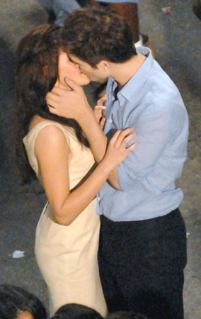 Robert Pattinson & Kristen Stewart's Steamy On-Screen Kiss (PHOTOS)