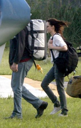 Robert Pattinson & Kristen Stewart Take Flight (PHOTOS)