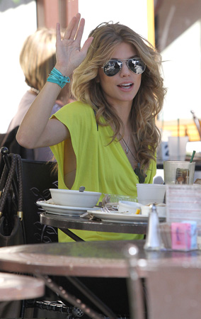 AnnaLynne McCord Shares Lunch with Her Sis!