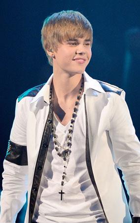 Justin Bieber Performs at American Music Awards 2010 (PHOTOS)