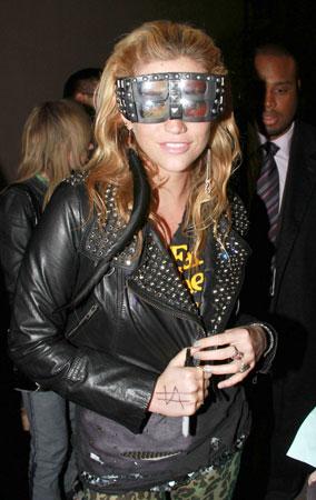 Ke$ha's 3-D Glasses: Yay or Nay? (PHOTOS)