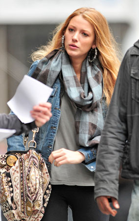 Blake Lively Walks & Texts on Set (PHOTOS)