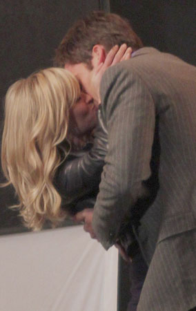 Reese Witherspoon and Chris Pine Caught Kissing! (PHOTOS)