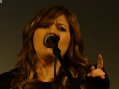Kelly Clarkson Debuts New Song in Concert (VIDEO)